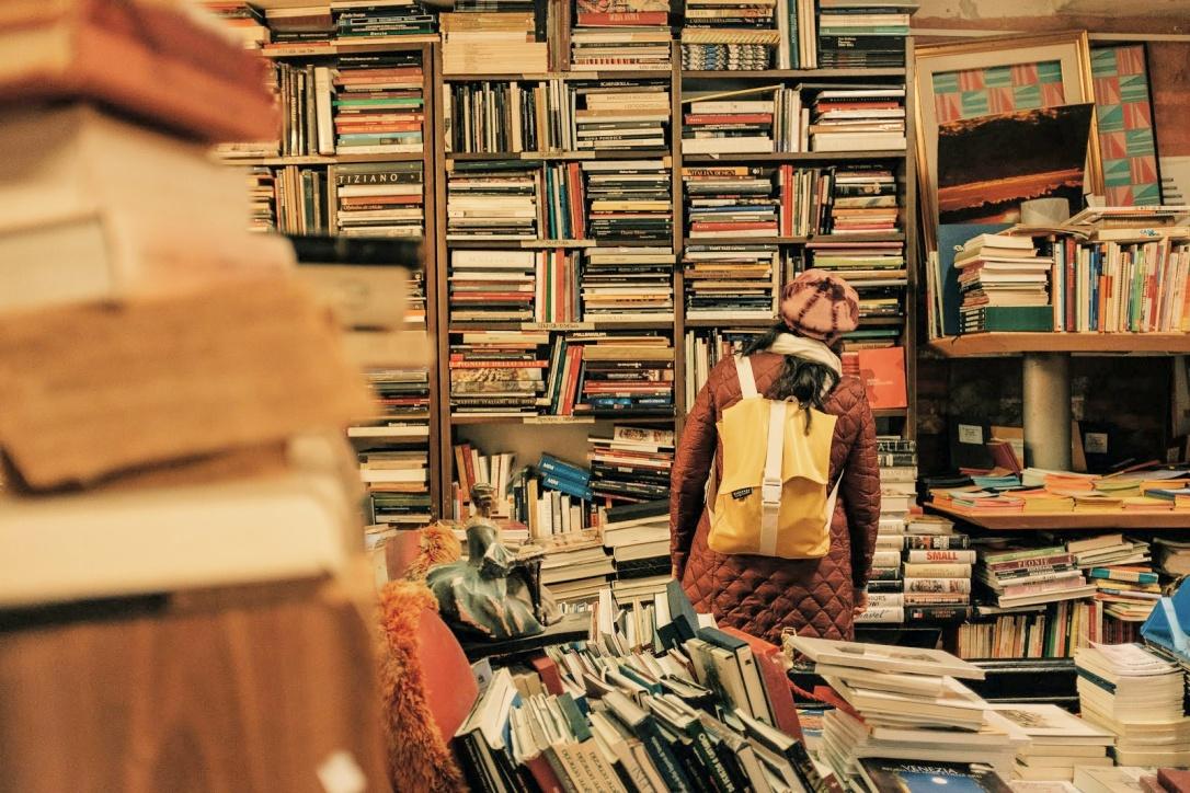 cattywampus bookshelves photo by darwin vegher via LaWhimsy